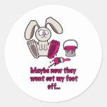Dibujo animado divertido del pie de conejos etiquetas redondas