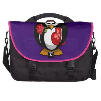 Dibujo animado divertido del pingüino lindo del el bolsas de ordenador