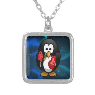 Dibujo animado divertido del pingüino lindo del el collar plateado