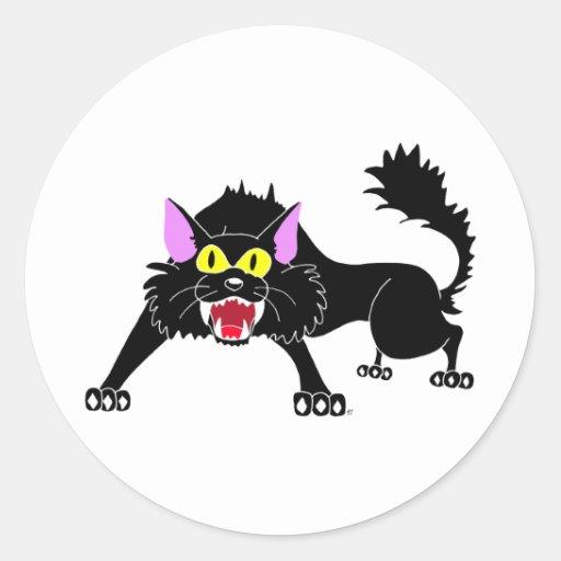 Dibujo animado enojado del gato negro que silba pegatina redonda