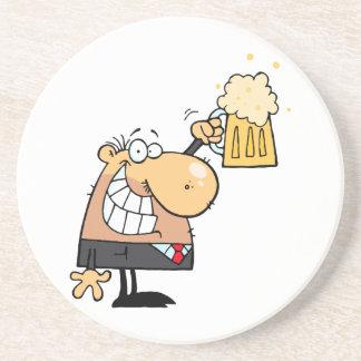 dibujo animado feliz del hombre que celebra con la posavasos cerveza