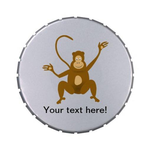 Dibujo animado feliz del mono latas de caramelos