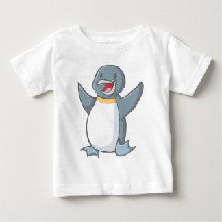 Dibujo animado feliz del pingüino de emperador polera