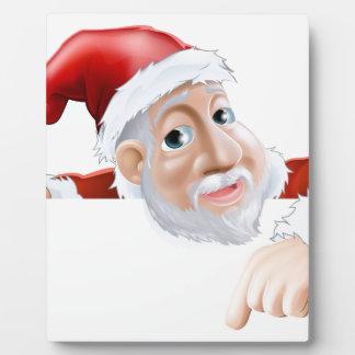 Dibujo animado feliz Santa que señala abajo Placa De Plastico