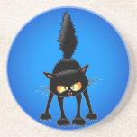 Dibujo animado feroz divertido del gato negro posavasos diseño
