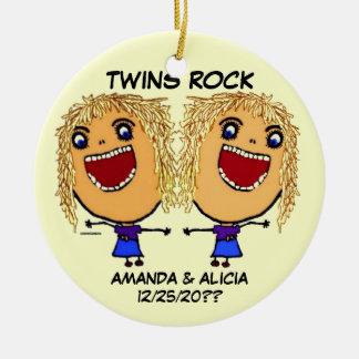 Dibujo animado gemelo de la roca de las hermanas adorno navideño redondo de cerámica