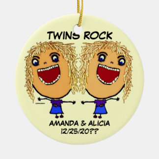 Dibujo animado gemelo de la roca de las hermanas adorno redondo de cerámica