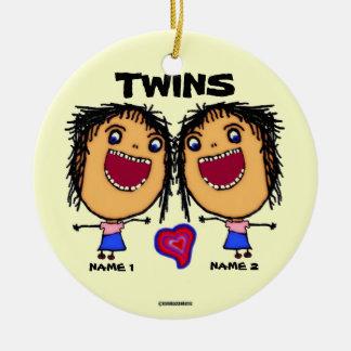 Dibujo animado gemelo de las hermanas adorno navideño redondo de cerámica