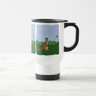 Dibujo animado KangaROOS que vuela una cometa Taza De Café
