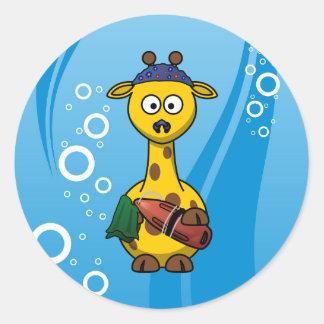 Dibujo animado lindo de la jirafa del nadador etiqueta redonda