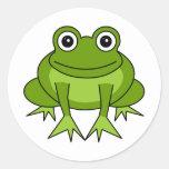 Dibujo animado lindo de la rana - príncipe en el etiquetas redondas