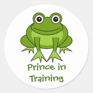 Dibujo animado lindo de la rana - príncipe en el etiqueta redonda