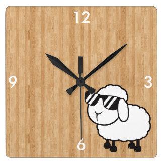 Dibujo animado lindo de las ovejas blancas reloj cuadrado
