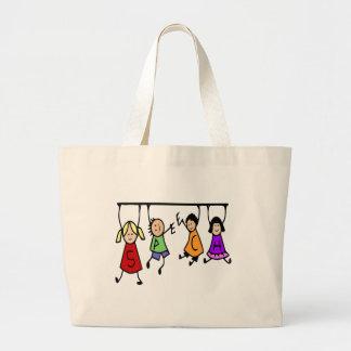 Dibujo animado lindo de los niños que lleva a cabo bolsa de tela grande