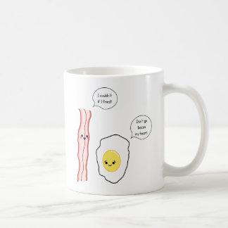 Dibujo animado lindo de tocino y del huevo taza básica blanca