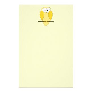 Dibujo animado lindo del búho. Amarillo Papelería Personalizada