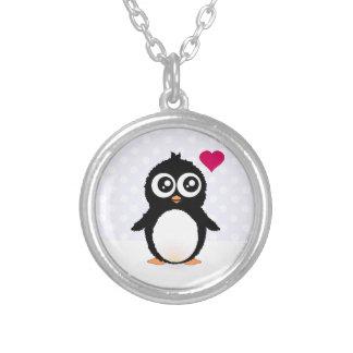 Dibujo animado lindo del pingüino colgante redondo