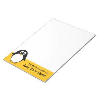 Dibujo animado lindo del pingüino con el área para bloc de papel