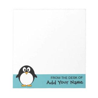 Dibujo animado lindo del pingüino con el área para libreta para notas