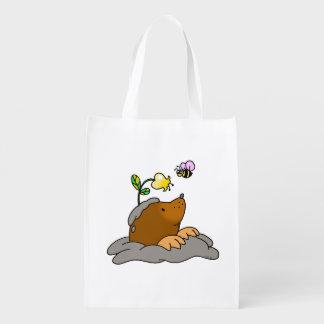 dibujo animado lindo del topo con una abeja de la bolsas para la compra