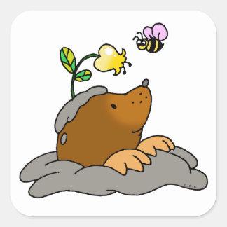 dibujo animado lindo del topo con una abeja de la pegatina cuadrada