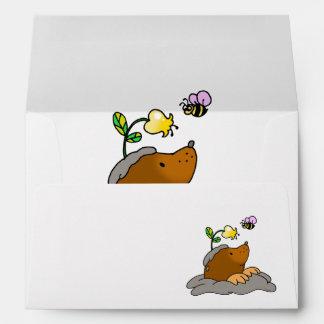 dibujo animado lindo del topo con una abeja de la