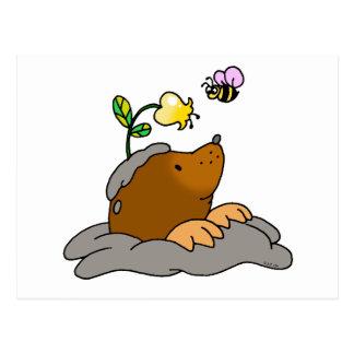 dibujo animado lindo del topo con una abeja de la  postales