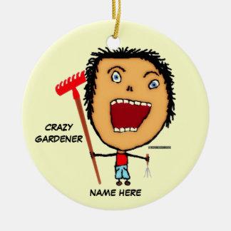 Dibujo animado loco del jardinero adorno navideño redondo de cerámica