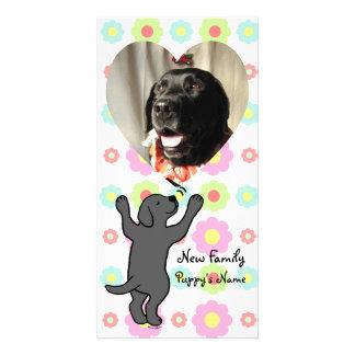 Dibujo animado negro del abrazo del perrito de Lab Tarjeta Fotografica Personalizada