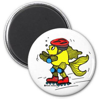 Dibujo animado patinador divertido de los pescados imán redondo 5 cm