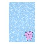 Dibujo animado púrpura del elefante. Fondo floral  Papeleria