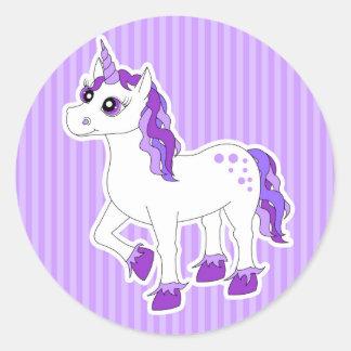 Dibujo animado púrpura del unicornio pegatina redonda