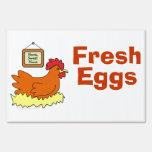 Dibujo animado que pone el pollo en los huevos fre