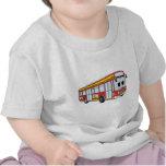 Dibujo animado rojo del autobús de la ciudad camisetas