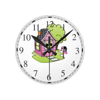 Dibujo animado rosado de la casa reloj redondo mediano