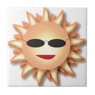 Dibujo animado Sun que lleva sombras frescas Azulejo Cuadrado Pequeño