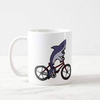 Dibujo animado tonto de la bicicleta del montar a  taza básica blanca