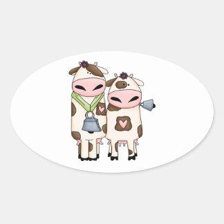 dibujo animado tonto de los pares de la vaca del pegatina ovalada