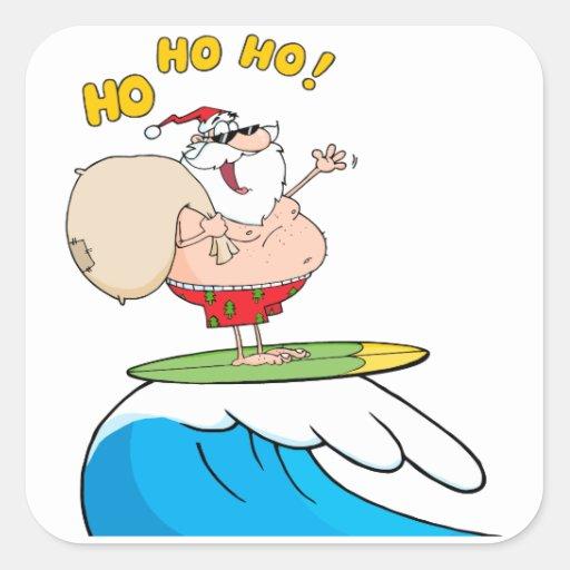 dibujo animado tonto de santa que practica surf pegatina cuadrada