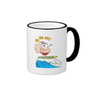 dibujo animado tonto de santa que practica surf taza de café