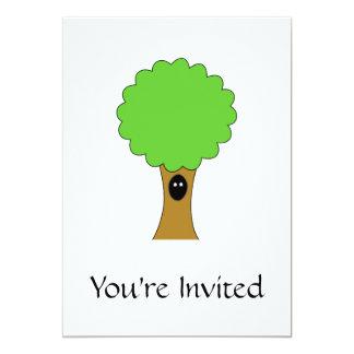 Dibujo animado verde del árbol con la criatura invitaciones personales
