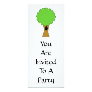 Dibujo animado verde del árbol con la criatura comunicados personales