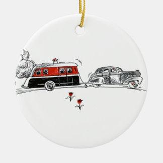 Dibujo antiguo del campista y del coche de rv adorno redondo de cerámica