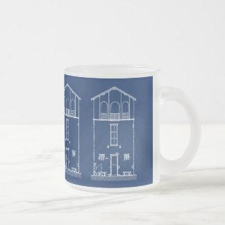 Dibujo azul y blanco de la casa minúscula del taza de cristal