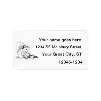 Dibujo blanco durmiente de la cabeza del tigre y d etiquetas de dirección