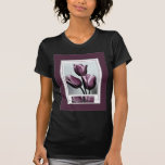 Dibujo cerca de tulipanes púrpuras