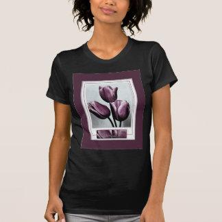Dibujo cerca de tulipanes púrpuras camiseta