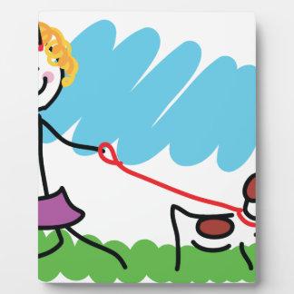 Dibujo de la niña y del perro placa de madera