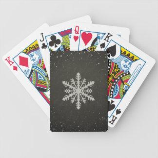 Dibujo de tiza blanco del copo de nieve del barajas de cartas
