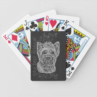 Dibujo de tiza lindo del perro sedoso feliz de baraja de cartas
